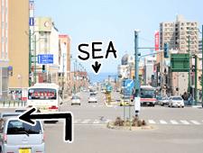 海にむかって左に進みます